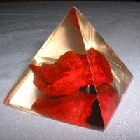 Piramida z czerwonym turkmenitem