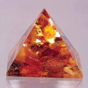 http://www.sokolowskiminerals.com.pl/185-thickbox_default/piramida-z-bursztynem.jpg